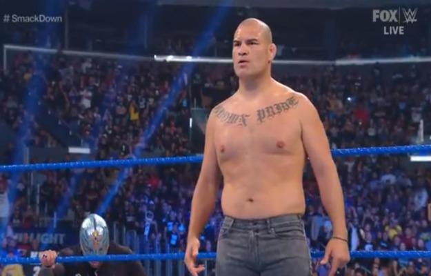 Caín Velásquez ataca a Brock Lesnar tras ganar el WWE Championship en SmackDown