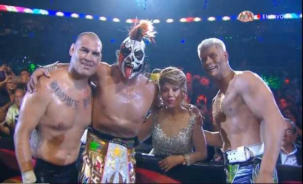 Caín Velasquez gana su debut en Triplemania 27 junto a Cody Rhodes y Psycho Clown