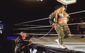 Carmella en el show de Smackdown en Rio Rancho