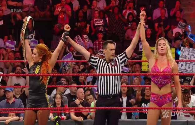 Charlotte Flair y Becky Lynch derrotan a Bayley y Sasha Banks en WWE RAW
