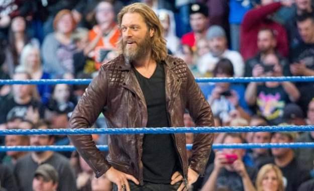 Edge responde a un fan sobre no traer a personas de All Elite Wrestling en su podcast