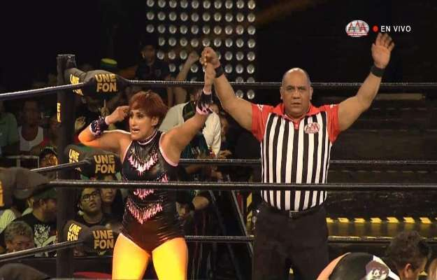 Faby Apache derrotó a Hijo del Tirantes en AAA Verano de Escándalo