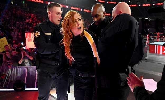 Identidades de los policías que arrestaron a Becky Lynch en WWE RAW