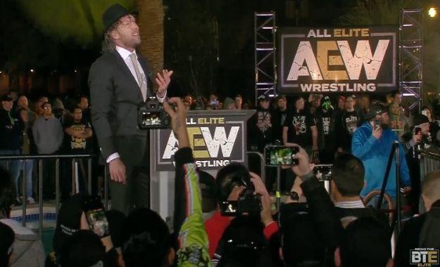 Kenny Omega firma por AEW