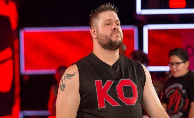 Kevin Owens entrenando con luchadores de NXT