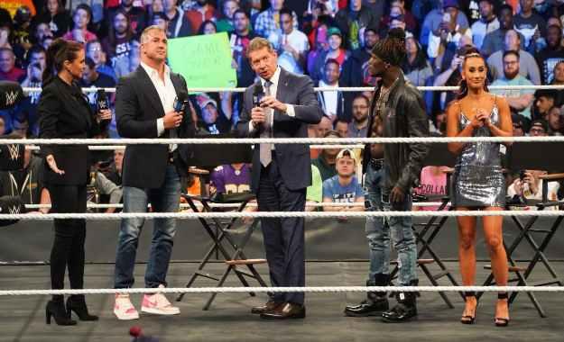 La familia McMahon abre SmackDown 1000