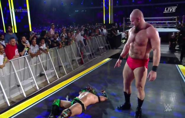 Lars Sullivan derrota a Lucha House Party por DQ en WWE Super Show Down