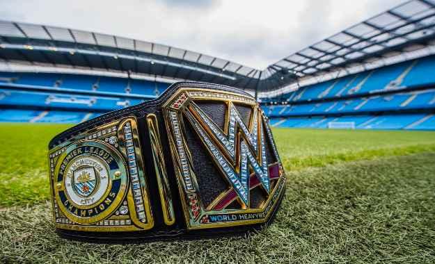 Manchester City recibe el campeonato de la WWE por ganar la Premier League