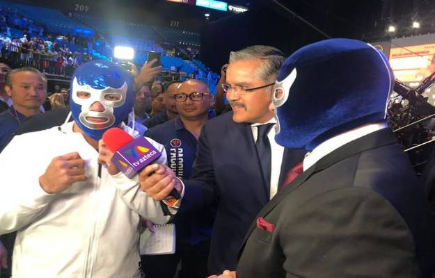 Manny Pacquiao recibe la máscara de Blue Demon Jr.