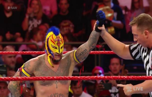 Rey Mysterio derrota a Gran Metalik en su regreso a WWE RAW