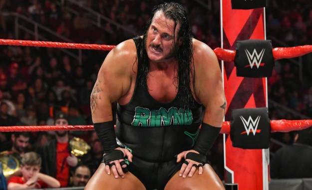 Rhyno aparece en un live show tras haber sido despedido de WWE RAW