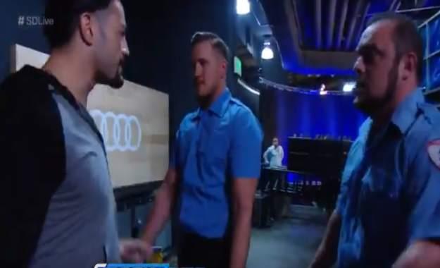 Roman Reigns es atacado misteriosamente en WWE SmackDown Live