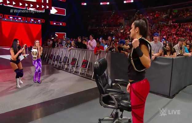 The IIconics retienen los campeonatos por parejas femeninos en WWE RAW