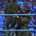 The Undertaker le aplica un chokeslam a Sami Zayn en su regreso a WWE SmackDown Live