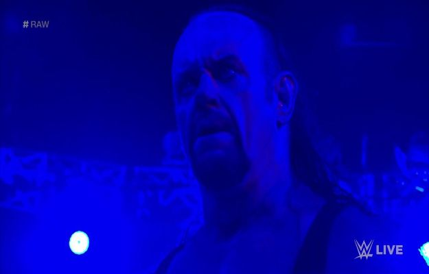 Undertaker regresa a WWE RAW para ayudar a Roman Reigns y atacar a Shane McMahon