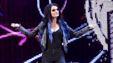 WWE Paige haciendo su entrada